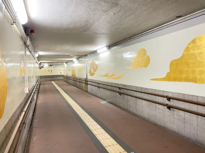 横川駅南北自由通路の壁面が新しくなりました。